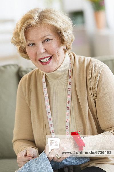 Senior  Senioren  Portrait  Frau  nähen