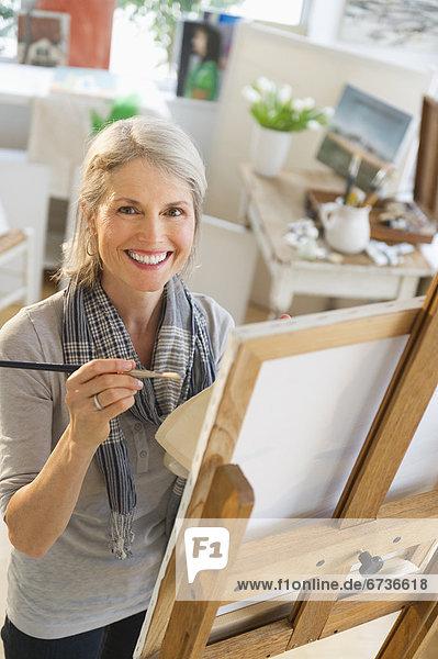 Senior  Senioren  Portrait  Frau  streichen  streicht  streichend  anstreichen  anstreichend  Leinwand