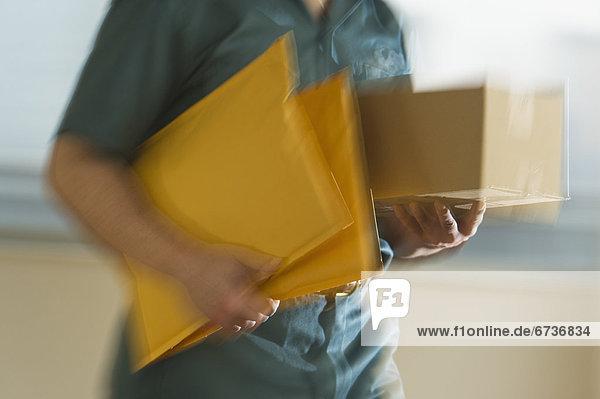 Mann  tragen  Briefumschlag  übergeben