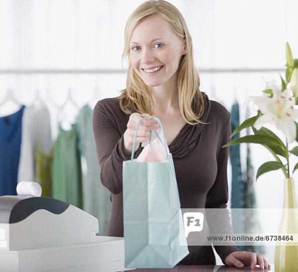 geben  über  Kleidung  Laden  Angestellter  Tresen  Paket  Umsatz