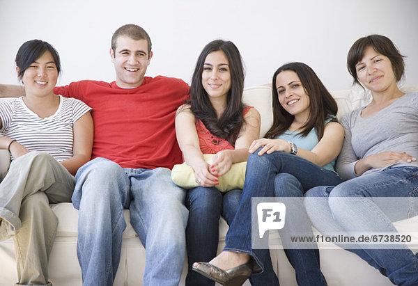 Freunde auf Sofa