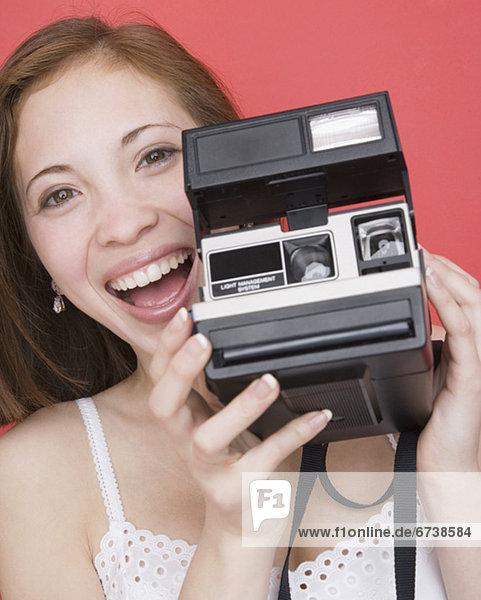 Frau hält sofort Kamera