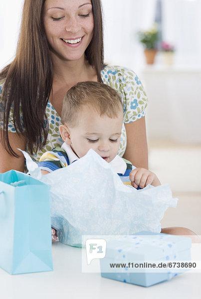 Geschenk  aufmachen  Baby