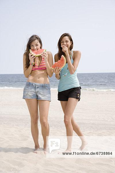 Frau  Strand  Wassermelone  essen  essend  isst