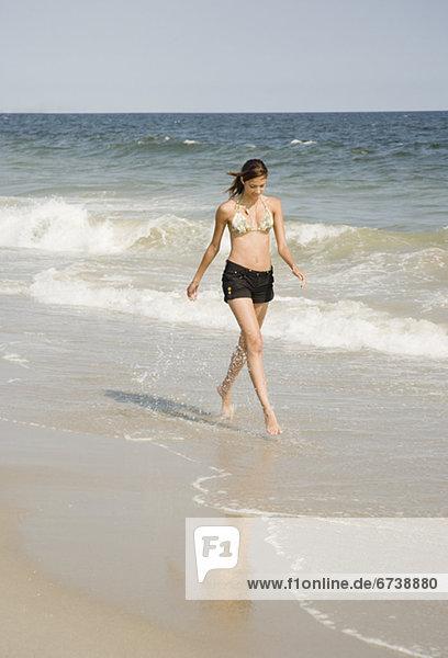 Frau  gehen  Ozean  jung  Brandung