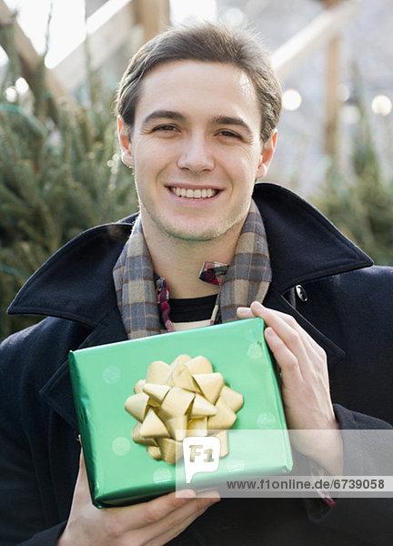 Mann hält Geschenk