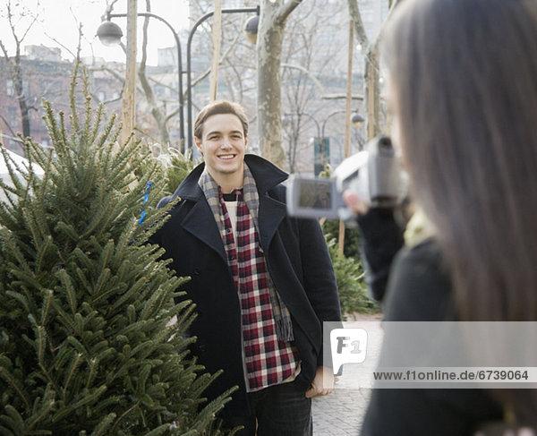 Frau  Freund  Baum  Weihnachten  aufzeichnen  Camcorder
