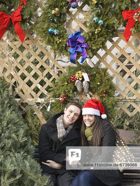 sitzend unterhalb Weihnachten Blumenkranz Kranz