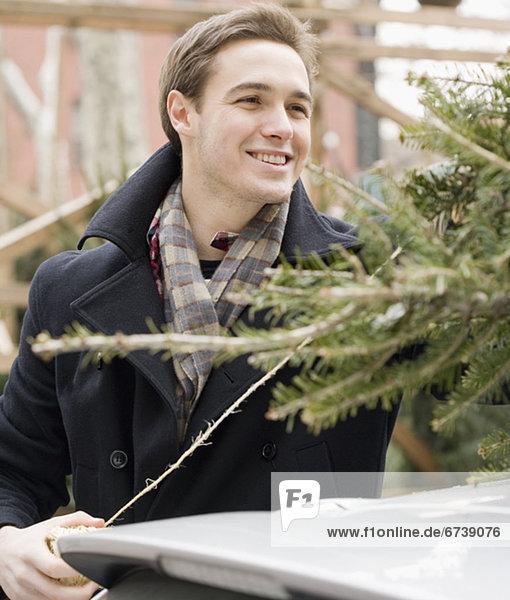 Mann  Auto  Baum  Weihnachten