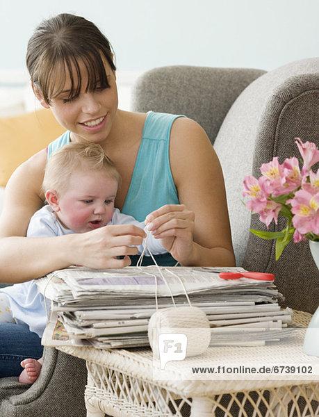 Zeitung  Bündel  Mutter - Mensch  Baby