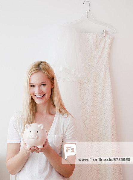Portrait  Frau  Hochzeit  halten  jung  sparen  Bank  Kreditinstitut  Banken