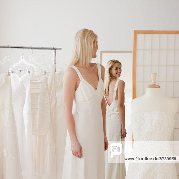 anprobieren  Frau  Braut  Hochzeit  jung  Laden  Kleid