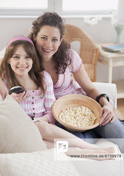 Portrait sehen Fernsehen Tochter 10-13 Jahre 10 bis 13 Jahre Mutter - Mensch