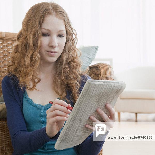 Frau  Papier  Werbung  vorlesen