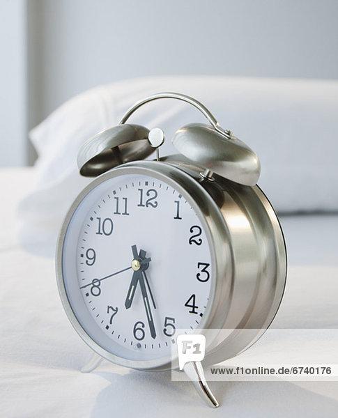 Bett  Uhr  alarmieren