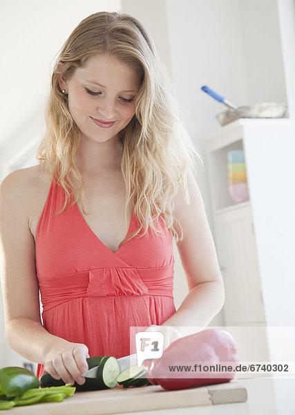 junge Frau junge Frauen schneiden Gemüse junge Frau,junge Frauen,schneiden,Gemüse