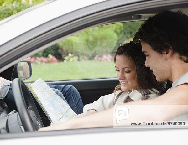 Paar in Auto Blick auf Karte
