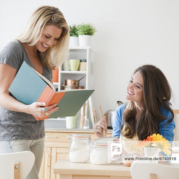 Frau Buch Küche Taschenbuch vorlesen