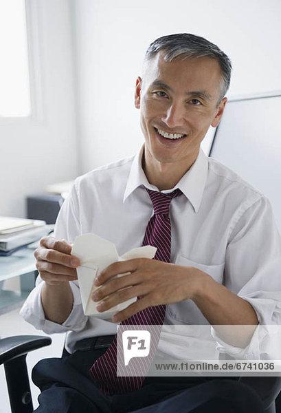 Portrait  Geschäftsmann  nehmen  lächeln  halten  chinesisch  Reise