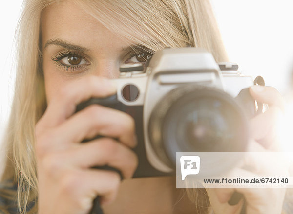 Portrait of Frau hält Kamera