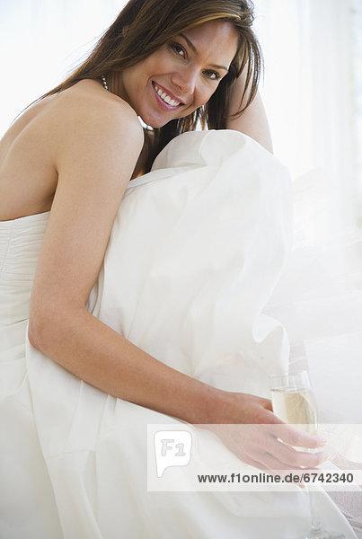 Portrait  Frau  Hochzeit  lächeln  Kleid