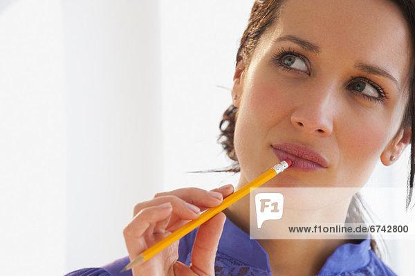 Frau  Bleistift  halten  Business  Nachdenklichkeit