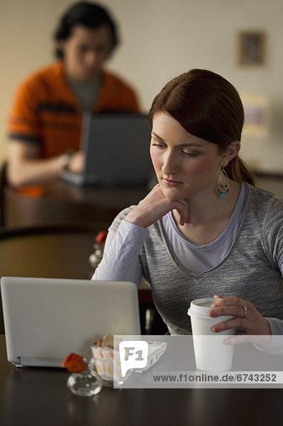 Weiblich working auf Laptop im Coffee-shop