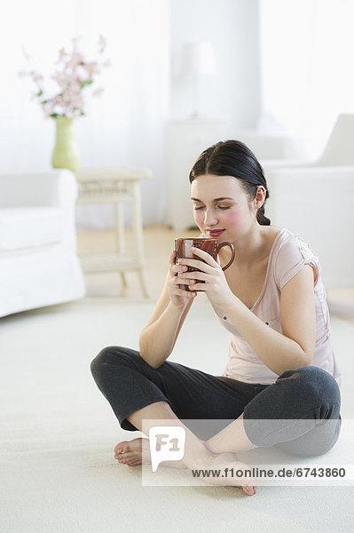 Vereinigte Staaten von Amerika USA sitzend Frau Boden Fußboden Fußböden trinken