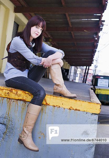 Vereinigte Staaten von Amerika  USA  sitzend  Portrait  Frau  Wand  jung  Jersey City  New Jersey