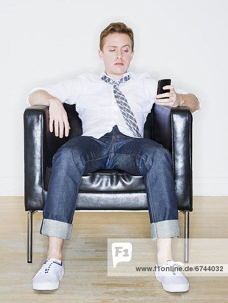 sitzend  Portrait  Mann  Sessel  telefonieren