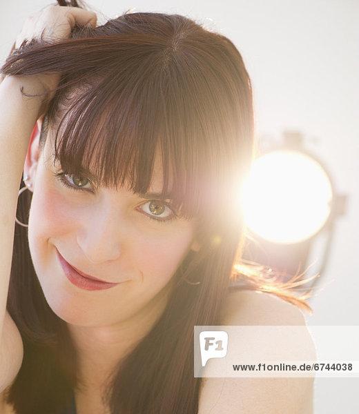 Portrait einer jungen Frau fröhlich