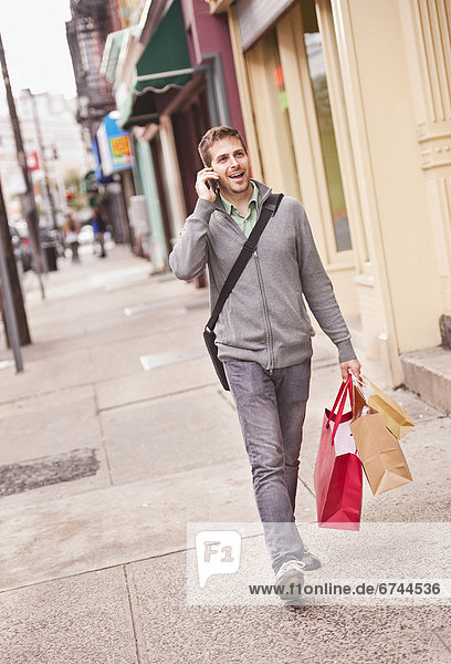 Handy  Mann  sprechen  Tasche  kaufen  Kurznachricht
