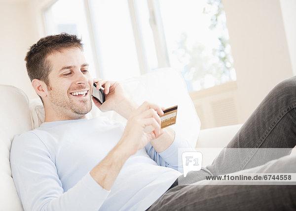 Mann  sprechen  halten  Kredit  Kreditkarte  Karte