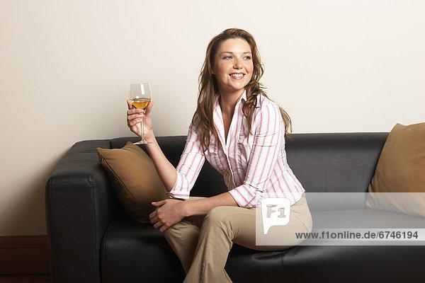 Frau  Glas  Wein  jung  Couch