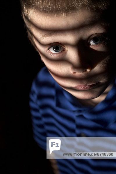 Fenster  Junge - Person  Jalousie  Beleuchtung  Licht