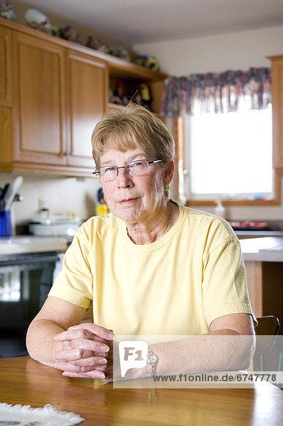 sitzend  Senior  Senioren  Frau  Küche  Tisch
