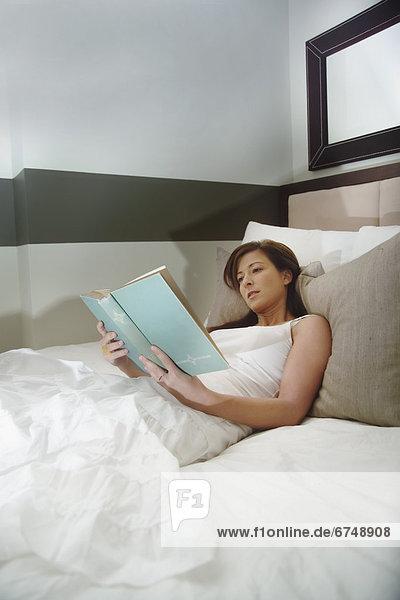 Frau lesen im Bett