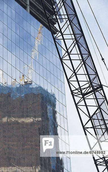 Vereinigte Staaten von Amerika  USA  Kranich  New York City  Glas  Spiegelung  Hochhaus  Turmkran  New York State