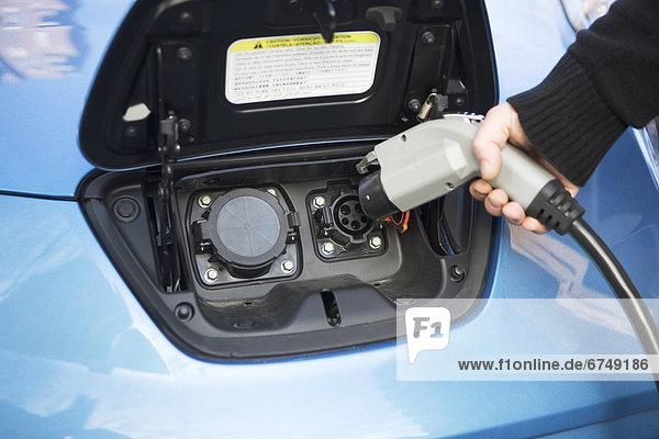 Mann  Auto  Close-up  close-ups  close up  close ups  Elektrische Energie  bezahlen  zahlen Mann ,Auto ,Close-up, close-ups, close up, close ups ,Elektrische Energie ,bezahlen, zahlen