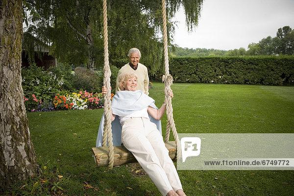 hinter  stehend  Senior  Senioren  schaukeln  schaukelnd  schaukelt  schwingen  schwingt schwingend  Frau  Mann  Schaukel