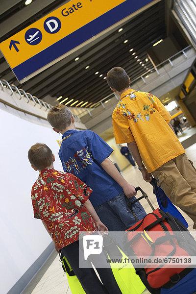 Junge - Person  Gepäck  Eingang  Schwimmflosse  Flosse  Kopfball  3  Abreise