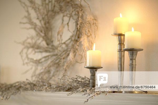 Kerze  Blumenkranz  Kranz  aufstützend  aufstützen  stützen  stützend  stüztendes