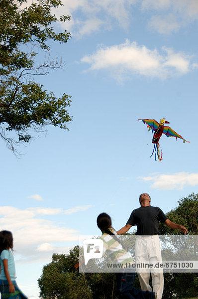 Familie fliegen Kite