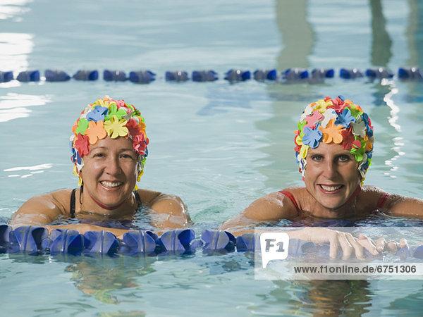 Frau Pose Kappe Schwimmbad schwimmen