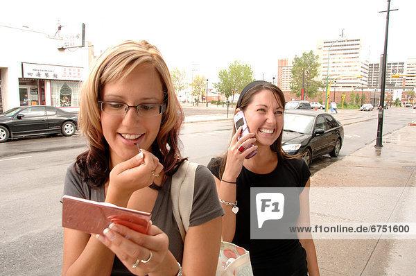 Handy  eincremen  verteilen  Frau  sprechen  Schminke  Straße  auftragen