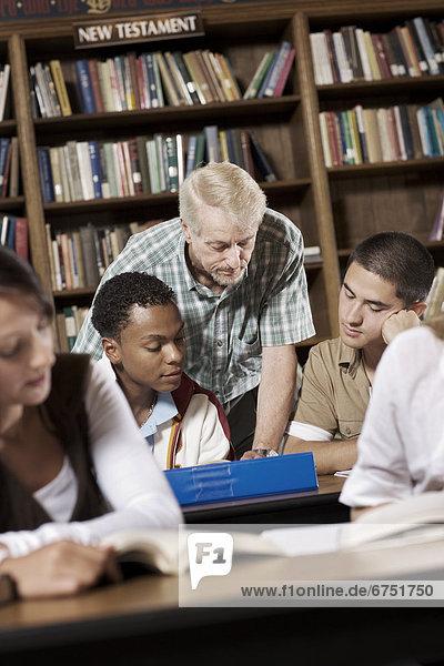 Lehrer und Schüler in Klasse