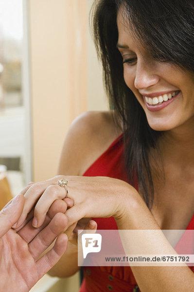 Verlobung  Mann  Freundin  geben  Restaurant  klingeln