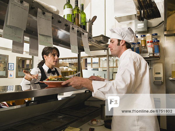 gestikulieren  Küche  Restaurant  Köchin  Kellnerin