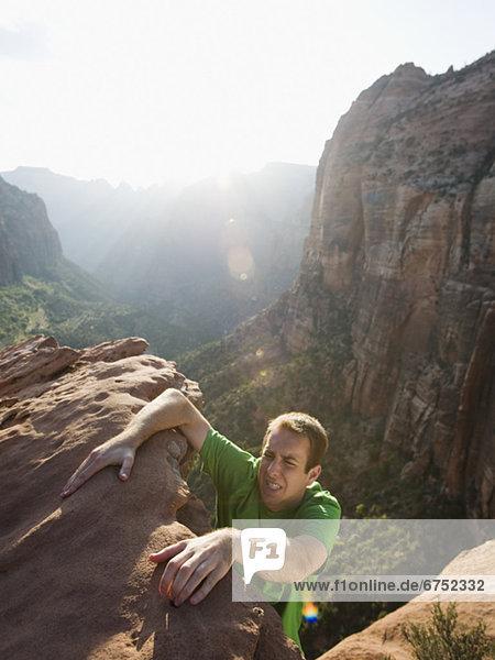 hoch  oben  Felsbrocken  Mann  rot  klettern
