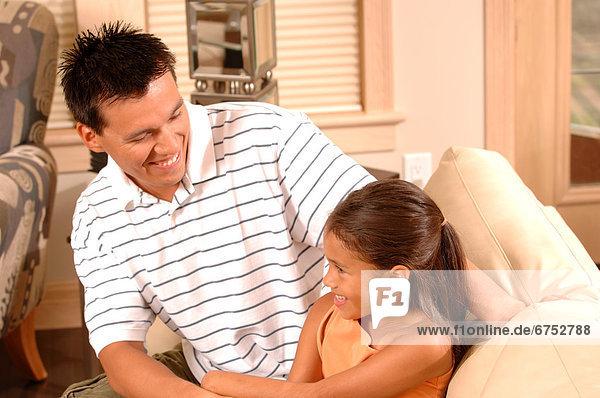 lächeln  Menschlicher Vater  Couch  Tochter